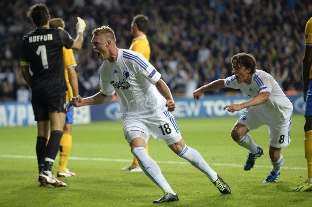 Nicolai Jörgensen (urpstřed) oslavuje se spoluhráčem z Kodaně Thomasem Delaneym (vpravo) svoji trefu proti Juventusu Turín.