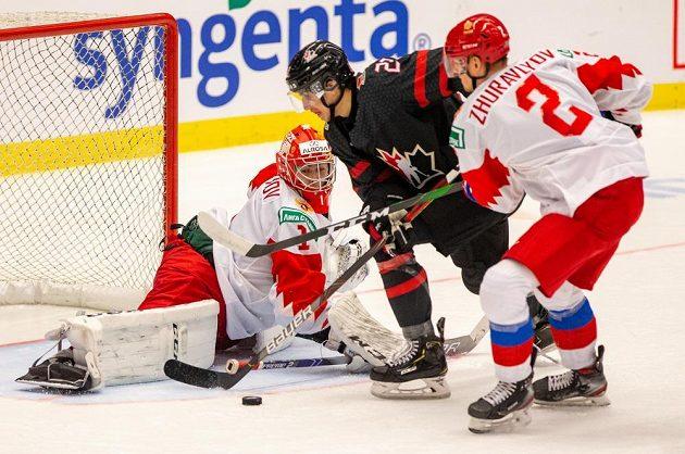 Ruský brankář Amir Miftachov, Dylan Cozens z Kanady a Daniil Žuravljov ve finále MS dvacítek.