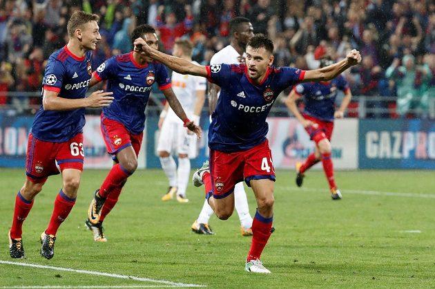 Fotbalista CSKA Georgij Ščennikov se raduje z gólu proti Young Boys Bern v odvetě play off Ligy mistrů.