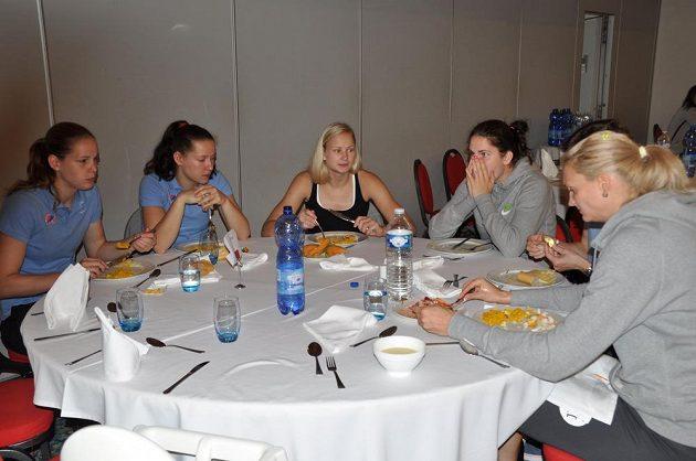 Zleva Alena Hanušová, Tereza Vyoralová, Michaela Zrůstová, Romana Hejdová, Veronika Bortelová a Petra Kulichová na obědě v hotelu ve francouzském Mouilleron-le-Captif, kde jsou ubytovány české basketbalistky na ME.