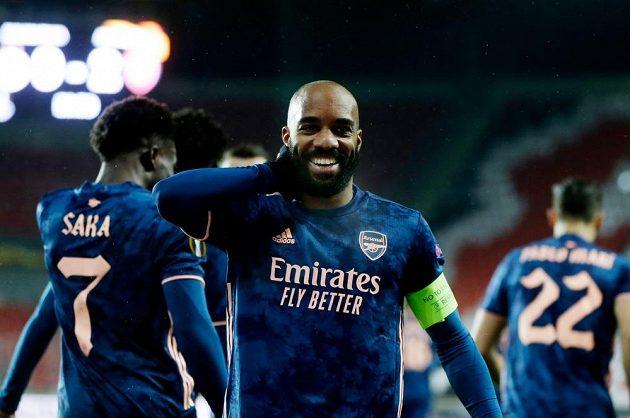 Alexandre Lacazette se raduje z druhého gólu Arsenalu proti Slavii.