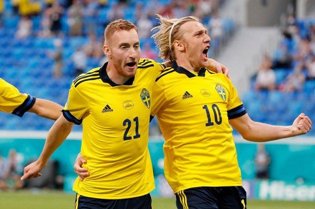 Radost v podání švédských fotbalistů, z gólu se raduje Emil Forsberg.