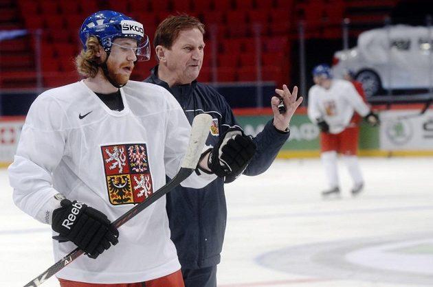 Útočník Jakub Voráček a trenér Alois Hadamczik ve Stockholmu na tréninku reprezentace před startem MS.