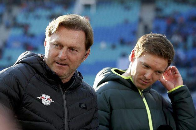 Trenér Lipska Ralph Hasenhüttl (vlevo) a kouč Hoffenheimu Julian Nagelsmann před zápasem.