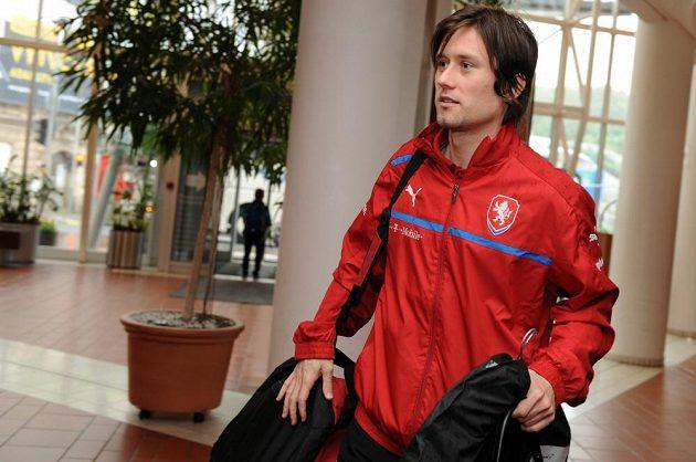 Kapitán české reprezentace Tomáš Rosický přišel s dobrou náladou.