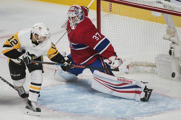 Dominik Simon z Pittsburghu překonává beckhendem finského brankáře Montrealu Anttiho Niemiho v utkání NHL.