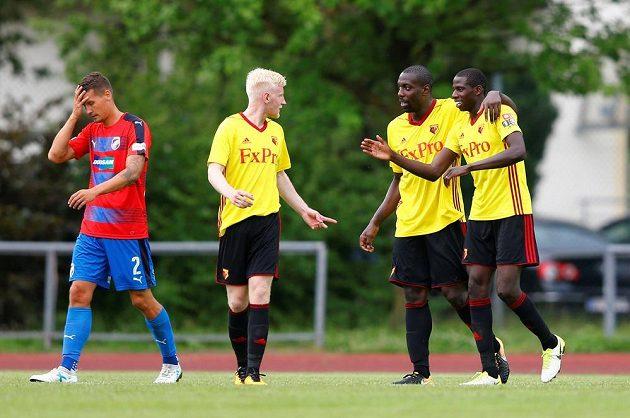 Fotbalisté Watfordu se radují z jediné trefy v utkání proti Plzni, vlevo smutný Lukáš Hejda.