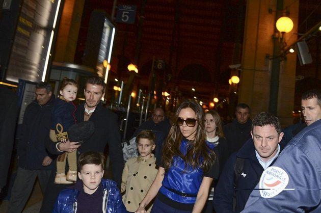 Rodina Davida Beckhama na cestě do pařížského hotelu.