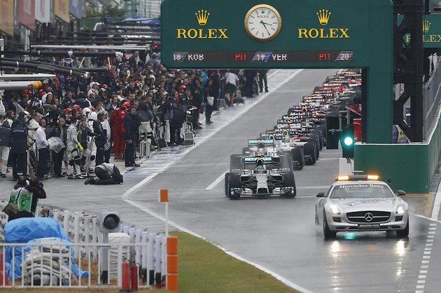 Safety car na začátku závodu v Suzuce.