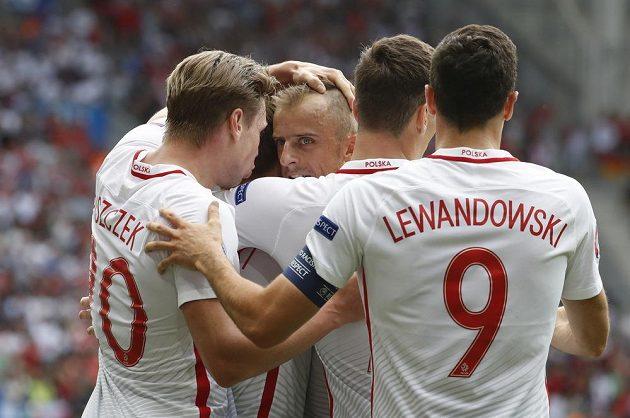 Polští fotbalisté se radují z gólu proti Švýcarsku.