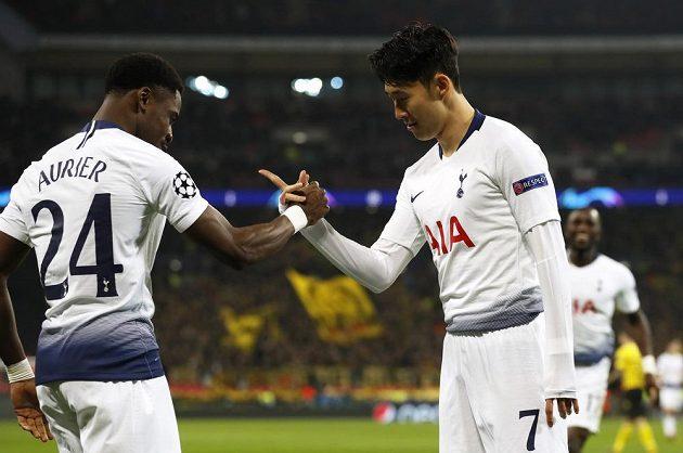 Záložník Tottenhamu Son slaví gól, který vstřelil v Lize mistrů do sítě Dortmundu.