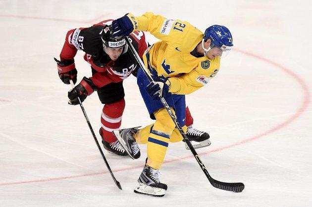Kanadský útočník Sidney Crosby (vlevo) v souboji s Louim Erikssonem ze Švédska.