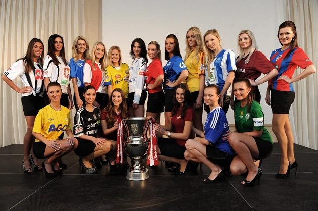 Modelky oděné v dresech šestnácti účastníků fotbalové Gambrinus ligy pózují s novou trofejí pro vítěze soutěže.