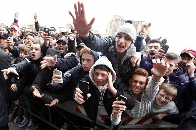 Fanoušci neapole netrpělivě čekají na příjezd Diega Maradony.