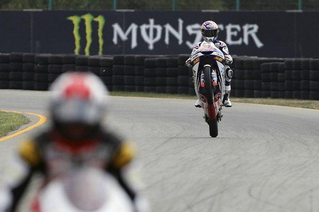 Fabio di Giannantonio oslavuje svůj triumf ve třídě Moto3 na brněnské Grand Prix.