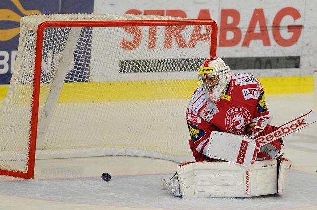 Třinecký brankář Peter Hamerlík sleduje puk v utkání proti Kometě Brno.