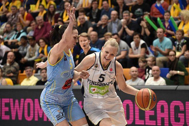 Basketbalistka USK Praha Sonja Petrovičová (vlevo) brání Agnieszku Bibrzyckou z Fenerbahce.