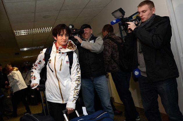 Rychlobruslařka Martina Sáblíková před odletem do Soči na Zimní olympijské hry dne 30. ledna 2014 na kbelském letišti.