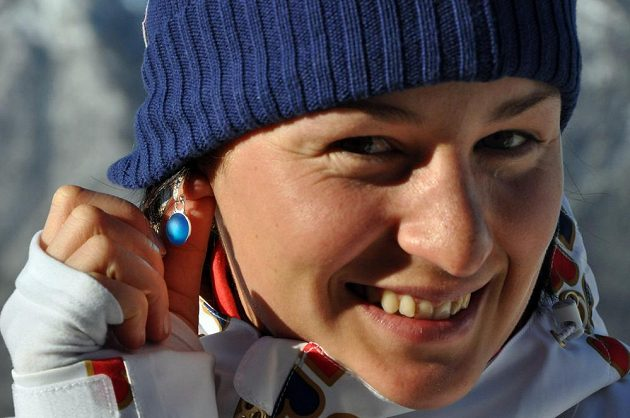 Biatlonistka Veronika Vítková ukazuje v Soči náušnice, které si nechala vyrobit pro štěstí.