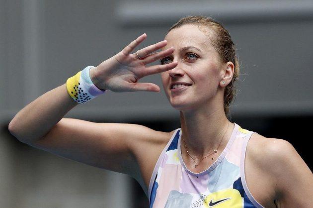 Česká tenistka Petra Kvitová zdraví diváky po postupu do 4. kola Australian Open.