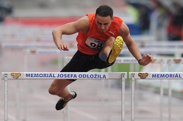 Běžec Martin Mazáč během závodu na 110 m překážek v rámci Memoriálu Josefa Odložila v Praze.