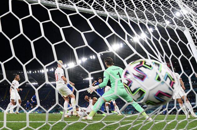 Ital Giorgio Chiellini dostal míč do sítě švýcarské brány, ale sudí gól neuznal.
