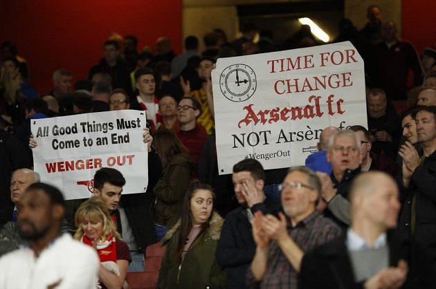 Fanoušci Arsenalu mají jasno, francouzský manažer Arséne Wenger by se měl z klubu poroučet. Nejlépe ihned.