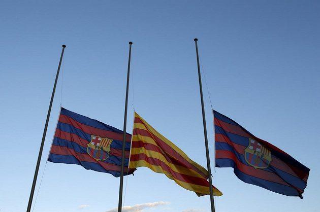 Vlajky na Camp Nou visely na půl žerdi.