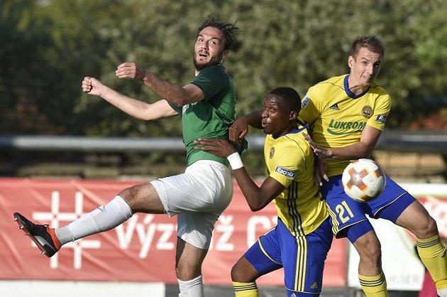 Martin Doležal z Jablonce ve vzdušném souboji o míč se zlínskou dvojicí - Jonathan Bijimine, Josef Hnaníček - v semifinále MOL Cupu.