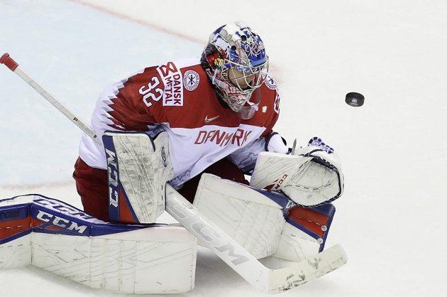 Brankář dánské hokejové reprezentace Sebastian Dahm v akci během utkání mistrovství světa.
