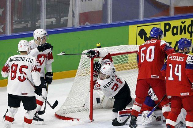 Švýcar Nino Niederreiter (uprostřed) poté, co dal gól Čechům.