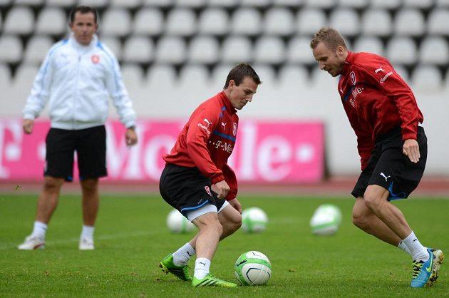 Záložník Vladimír Darida (uprostřed) a obránce Michal Kadlec na tréninku české fotbalové reprezentace před dvojutkáním kvalifikace MS s Arménií a Itálií.