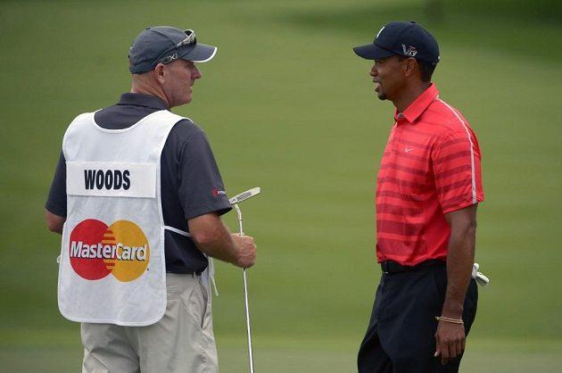 Golfista Tiger Woods (vpravo) hovoří se svým caddiem Joem LaCavou.
