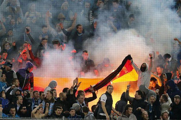 Fanoušci Zenitu Petrohrad pálí na stadiónu Borussie Dortmund německou vlajku.