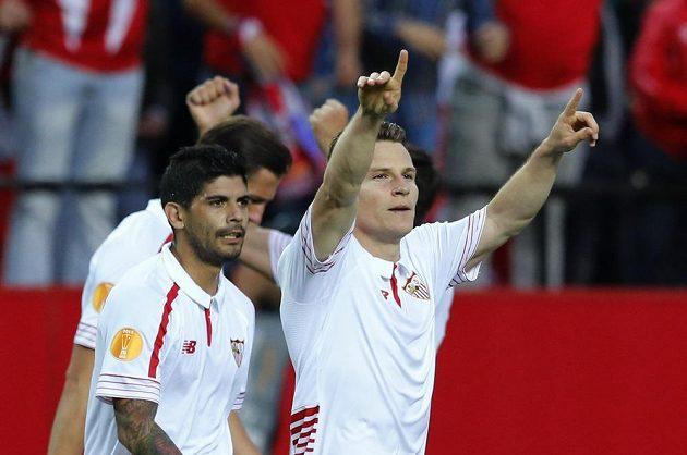 Sevillský Kevin Gameiro se raduje se spoluhráči z gólu proti Šachtaru Doněck.
