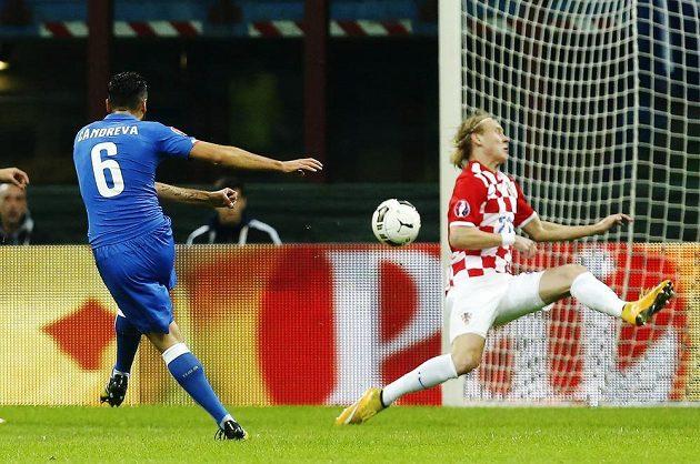 Italský fotbalista Antonio Candreva (vlevo) dává gól proti Chorvatsku v kvalifikaci o postup na ME.