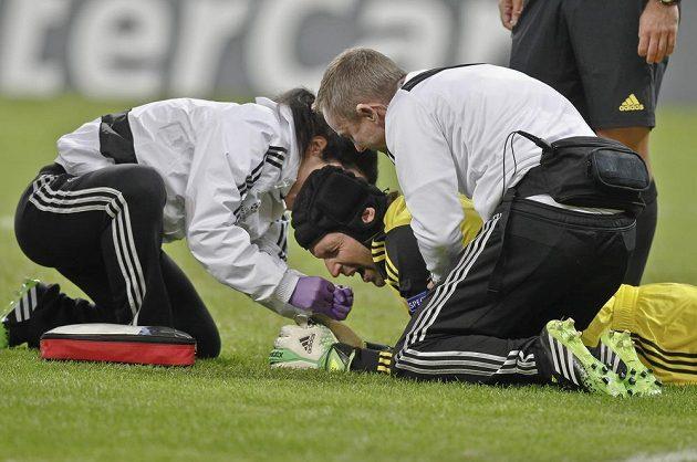 Lékaři Chelsea pomáhají zraněnému brankáři Petru Čechovi (ve žlutém dresu).
