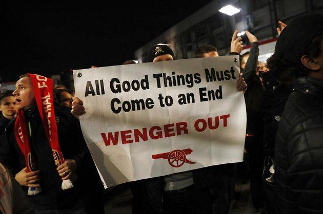 Fanoušci Arsenalu dávají najevo, že by měl z klubu odejít francouzský trenér Arséne Wenger.