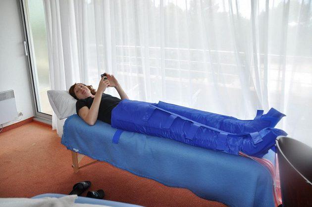 Tereza Pecková v lymfatických kalhotách v hotelu ve francouzském Mouilleron-le-Captif, kde jsou ubytovány české basketbalistky na ME.