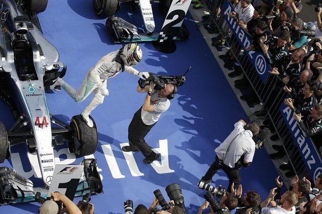 Brit Lewis Hamilton vyskakuje z kokpitu po triumfu na Velké ceně Maďarska.
