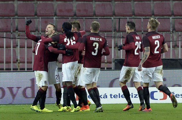 David Lafata (21) ze Sparty se raduje se spoluhráči z gólu proti Teplicím.