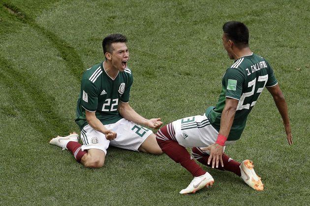Mexiko slaví. Hirving Lozano (vlevo) klouže po kolenou po trávníku v euforii poté, co vstřelil gól Německu na MS. Gratulovat mu spěchá spoluhráč Jesus Gallardo.