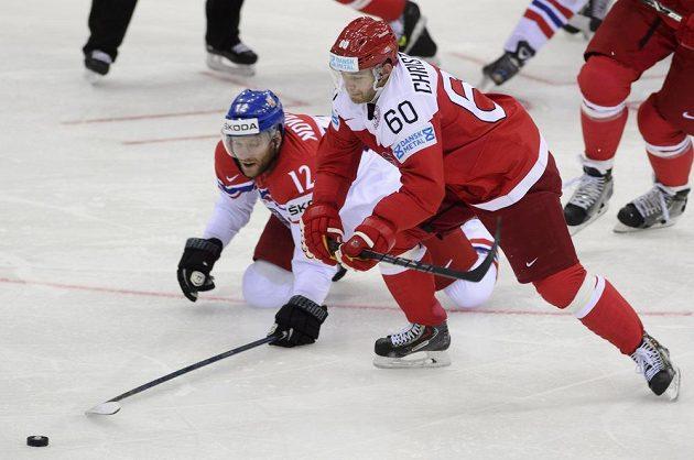 Zleva český reprezentant Jiří Novotný a Mads Christensen z Dánska bojují o puk.