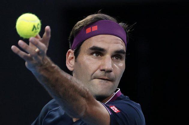 Švýcar Roger Federer podává v duelu se Srbem Novakem Djokovičem.
