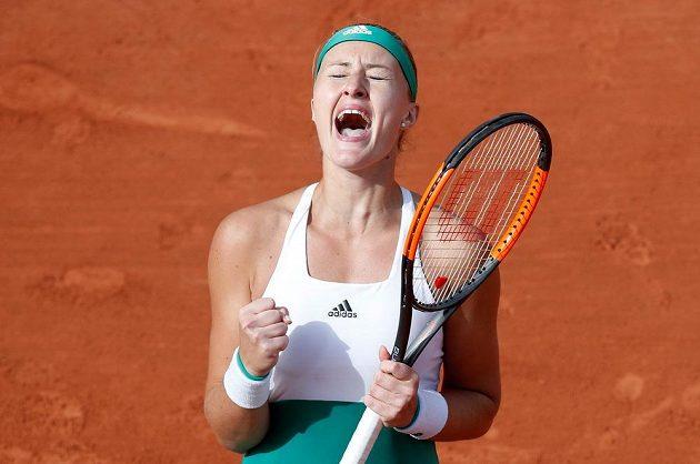 Francouzská tenistka Kristina Mladenovicová vyřadila z French Open v osmifinále obhájkyni titulu Garbiňe Muguruzaovou.