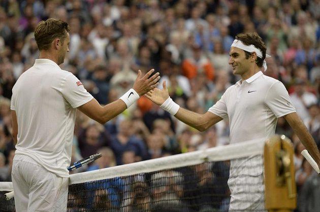Švýcarský tenista Roger Federer (vpravo) si podává ruku s Britem Marcusem Willisem po skončení utkání druhého kola Wimbledonu.