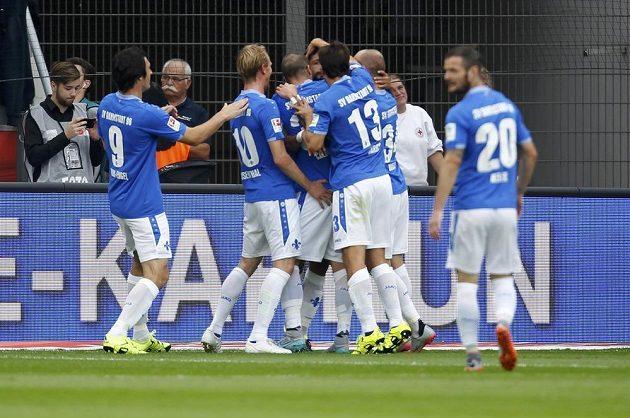 Nováček z Darmstadtu zaskočil favorita z Leverkusenu. Na snímku radost po jediném gólu utkání, který dal Aytac Sulu.