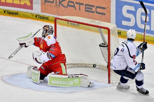 Jan Eberle z Plzně (vpravo) střílí gól. Vlevo je brankář Sparty Matěj Machovský.