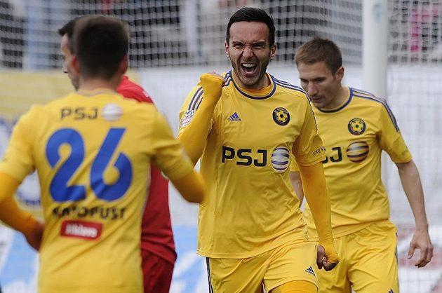 (Zleva) Lukáš Masopust, Haris Harba a Marek Jungr z Jihlavy se radují z Harbova gólu proti Brnu.