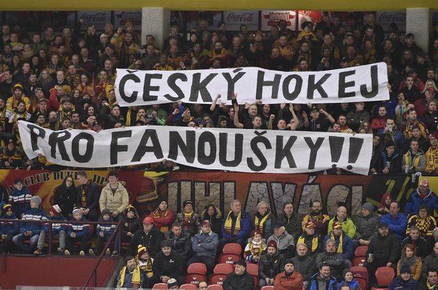 Fanoušci reagovali transparentem Český hokej pro fanoušky!! na rozhodnutí vedení extraligy uzavřít na jeden zápas fanouškovské kotle v Plzni a Brně.